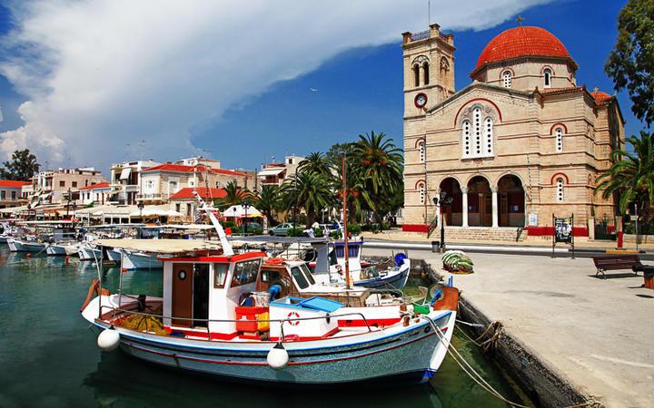 Die Panagitsa Kirche an der Hafenpromenade von Ägina-City © leoks / Shutterstock.com