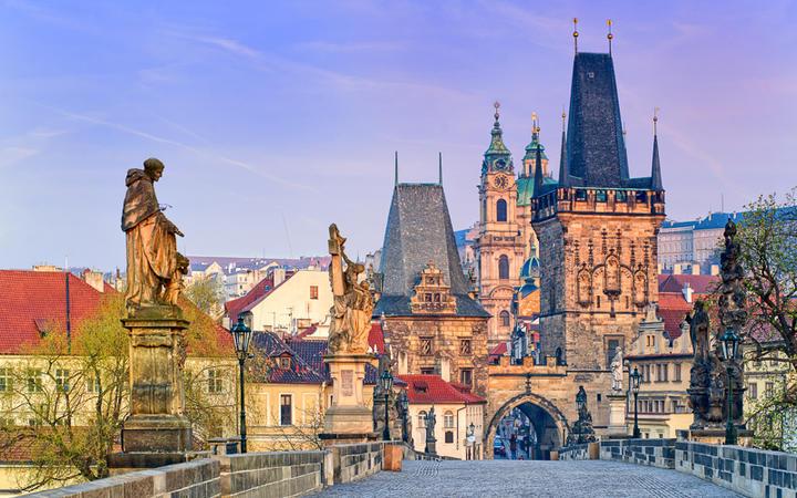 Karlsbrücke in Prag © Boris Stroujko / Shutterstock.com