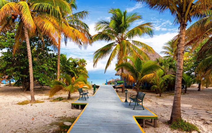 Der Steg führt zum tropischen Strand Varadero © Kamira / Shutterstock.com