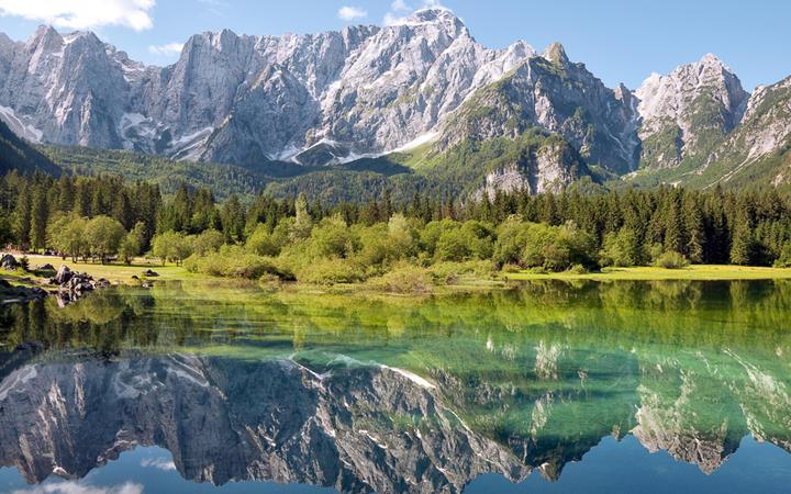 Der See Lago di Fusine in Udine, Italien © Pablo Debat / Shutterstock.com