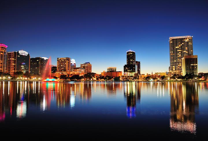 Der See Lake Eola und die Skyline von Orlando bei Nacht, Florida, USA © Songquan Deng / Shutterstock.com