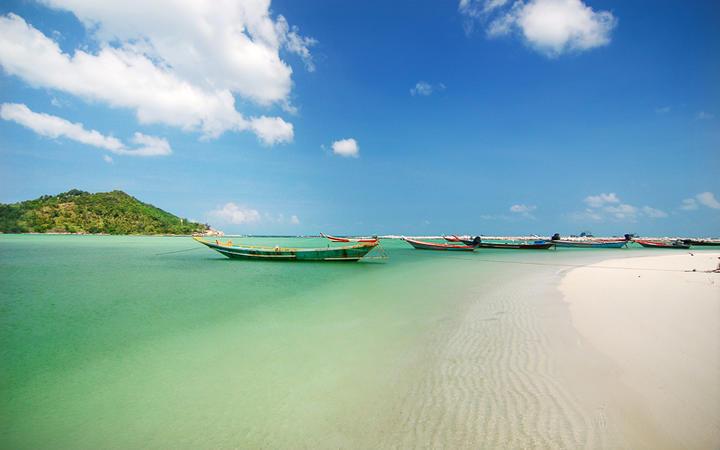 Boote am schönen Malibu Beach auf der Insel Koh Phangan, Thailand © Pangfolio.com / Shutterstock.com