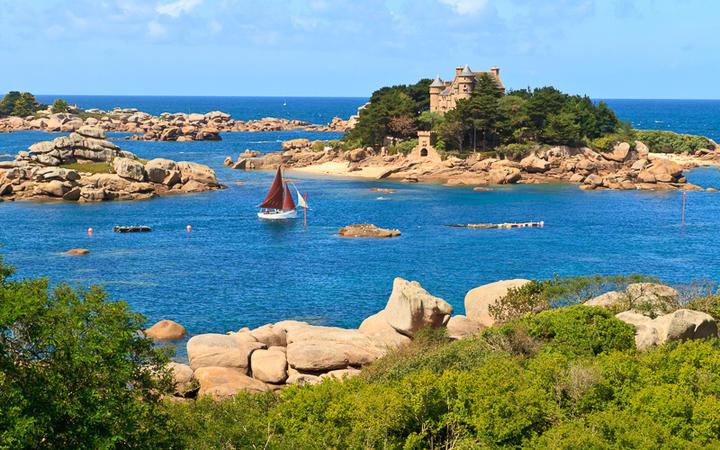 Der Küstenabschnitt Côte de granite Rose an der nördlichen Bretagne © Bertl123 / Shutterstock.com