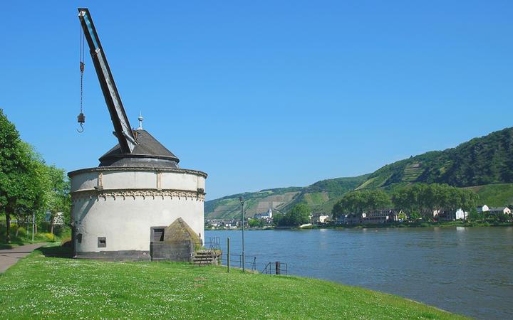 Alter Kran von Andernach am Rhein © travelpeter / shutterstock.com