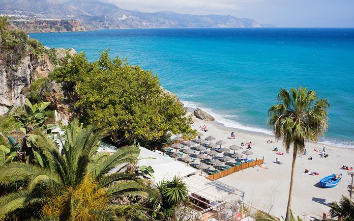 Strand eines Resorts in Nerja, Costa del Sol, Spanien © Artur Bogacki / Shutterstock.com