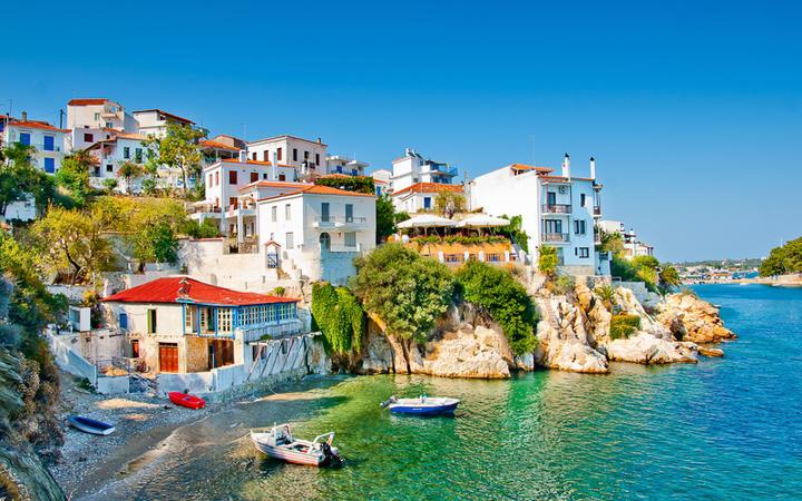 Die Altstadt des Ortes Skiathos auf der gleichnamigen Insel © Nikos Psychogios / Shutterstock.com