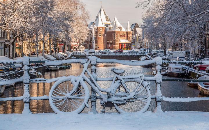Schnee in den Strassen von Amsterdam © Vanyatko / Shutterstock.com