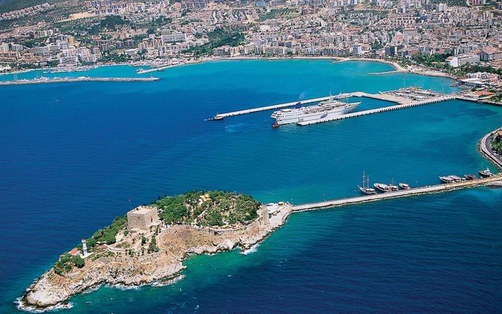Vogelperspektive auf den Hafen und die Stadt Kuşadası © jokerpro / Shutterstock.com