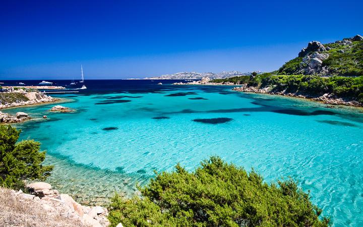 Bucht mit kristallklarem Wasser auf Sardinien © Kishnel / Shutterstock.com