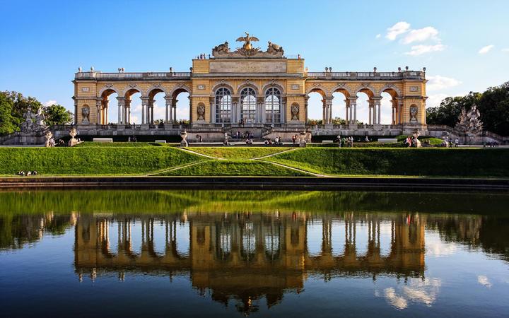 Gloriette im Schlossgarten Schönbrunn in Wien, Österreich © PhotoBarmaley / Shutterstock.com