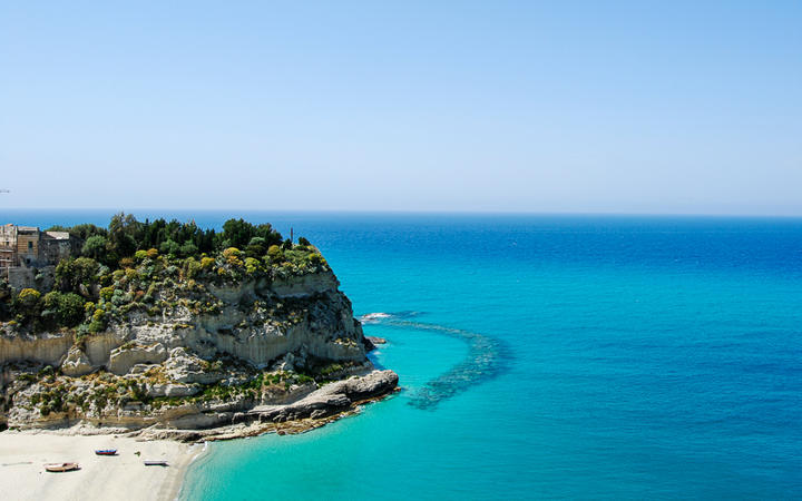 Blick auf die traumhafte Küste von Tropea, Kalabrien, Italien © Franco Volpato / Shutterstock.com