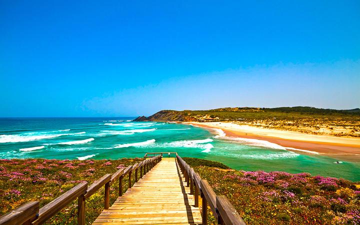 Blick auf den Traumstrand Praia da Amoreira © Devi / Shutterstock.com