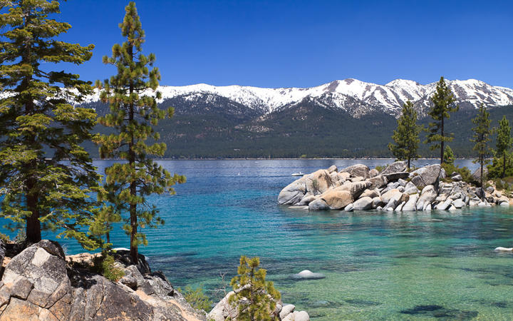 Der See Lake Tahoe mit Blick auf die Sierra Nevada, USA © topseller / Shutterstock.com