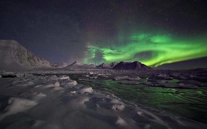 Mystische Winterlandschaft mit Nordlichtern in Island © Incredible Arctic / Shutterstock.com