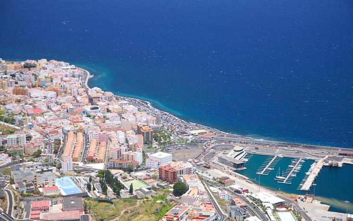 Blick auf die Küste und den Hafen von Santa Cruz de La Palma © Quintanilla / shutterstock.com