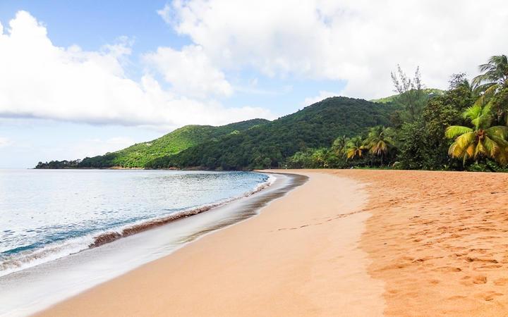 Idyllischer Strandabschnitt auf der Karibikinsel Guadeloupe © PRILL / Shutterstock.com