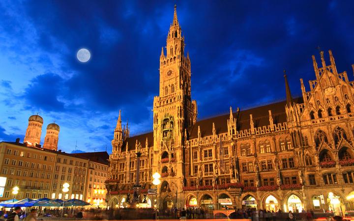 Rathaus am Marienplatz mi Zentrum Münchens bei Nacht © gary718 / Shutterstock.com