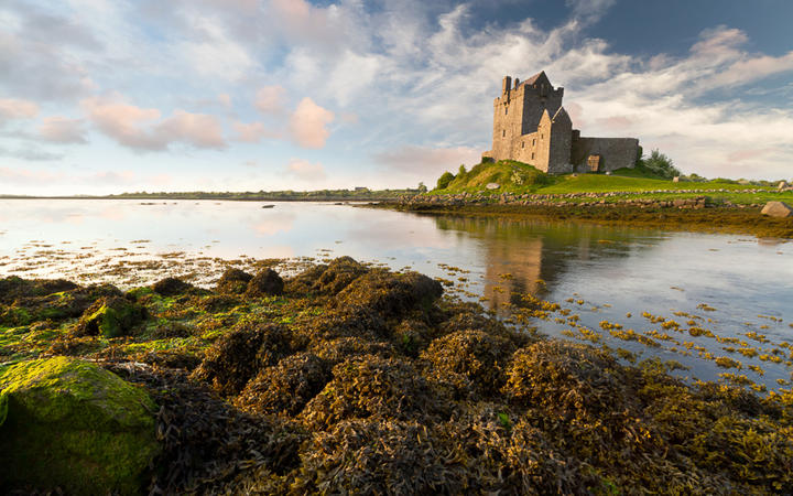 Das Schloss Dunguaire bei Sonnenaufgang, Irland © Patryk Kosmider / Shutterstock.com
