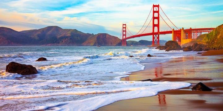 Strand vor der berühmten Golden Gate Bridge in San Francisco, Kalifornien © Nickolay Stanev / Shutterstock.com