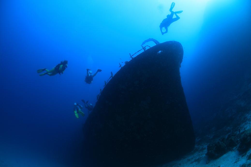 Taucher erkunden das Schiffswrack der Maldive Victory am Meeresgrund der Malediven © aquapix / Shutterstock.com