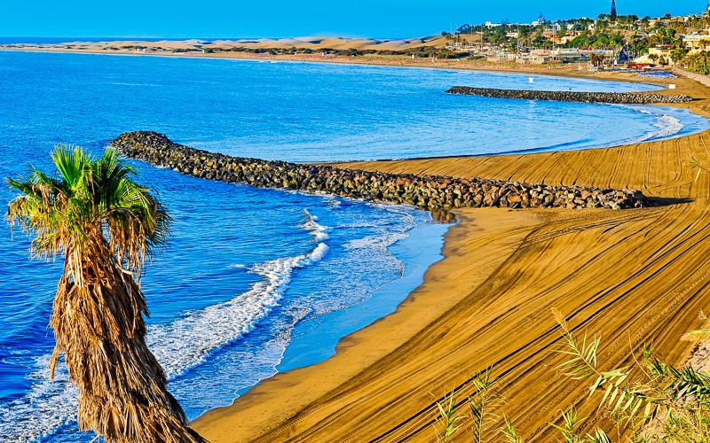 Blick auf den beliebten Strand Playa del Ingles auf Gran Canaria © nito / Shutterstock.com
